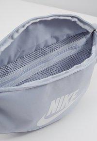 Nike Sportswear - HERITAGE - Riñonera - sky grey/washed coral/white - 4