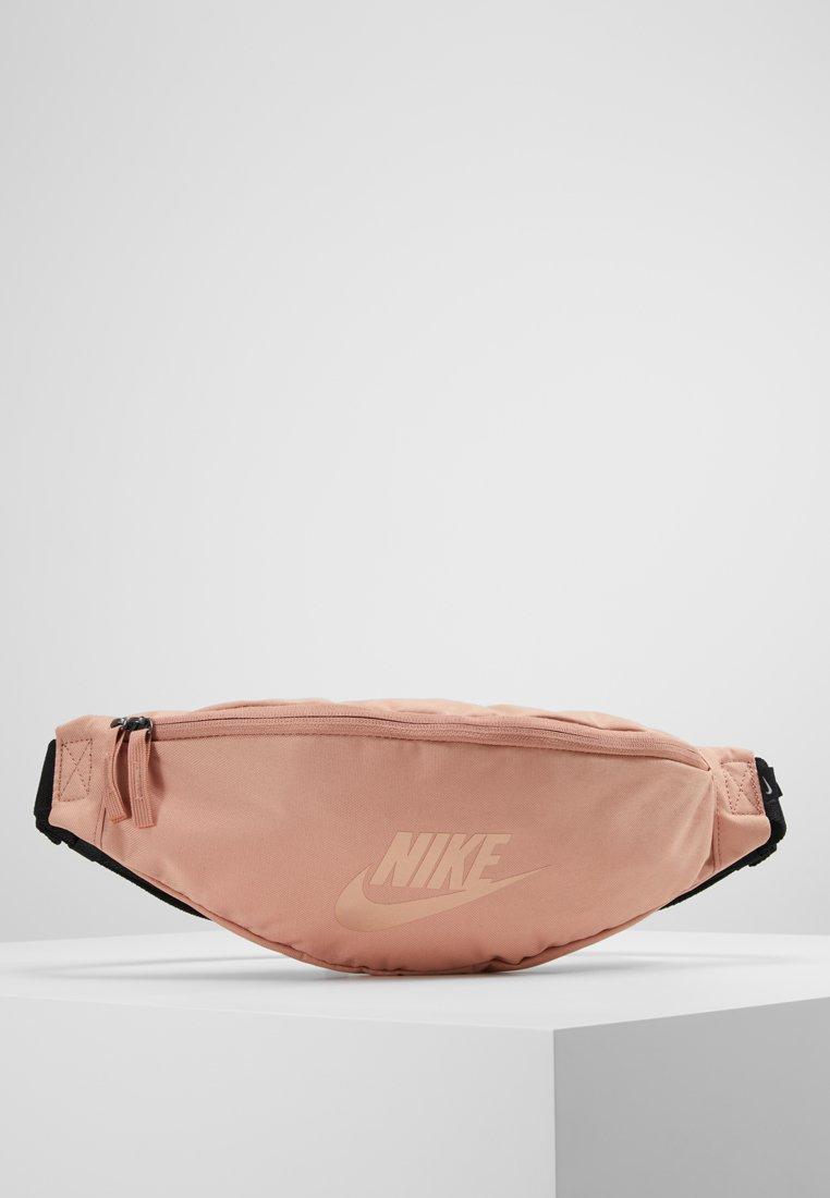 Nike Sportswear - HERITAGE HIP PACK - Ledvinka - rose gold