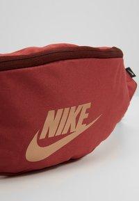 Nike Sportswear - HERITAGE - Bältesväska - red - 7