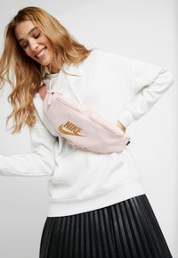 Nike Sportswear - HERITAGE - Ledvinka - echo pink - 1
