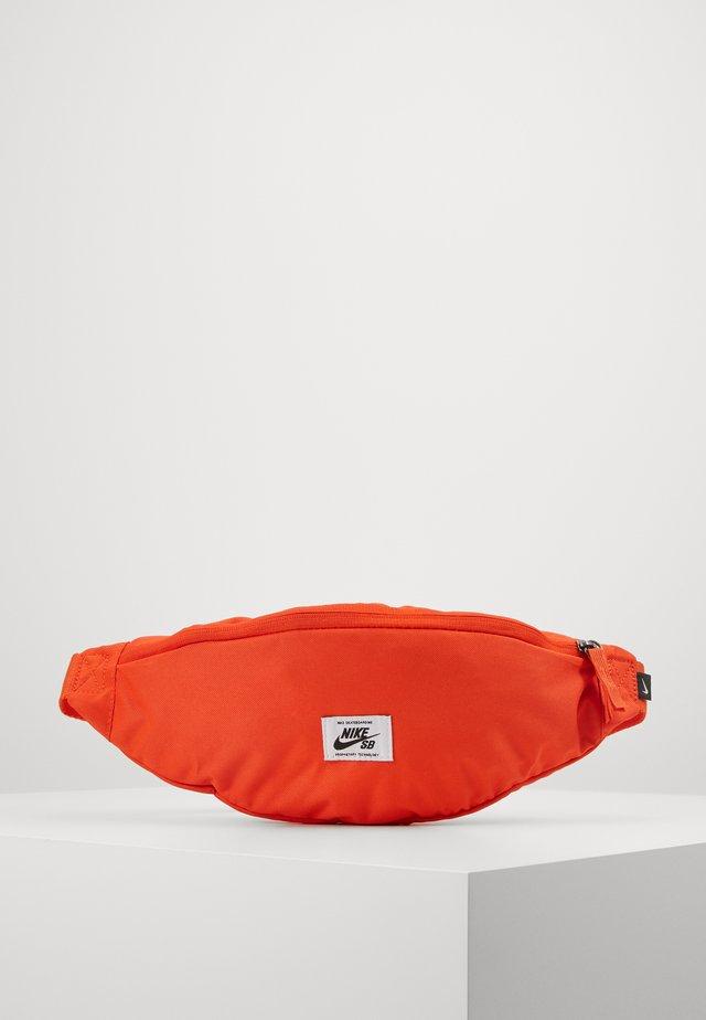 HERITAGE HIP PACK - Ledvinka - team orange/white