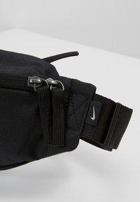 Nike SB - HERITAGE HIP PACK - Ledvinka - black/white - 7