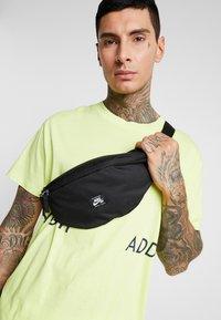 Nike SB - HERITAGE HIP PACK - Ledvinka - black/white - 1