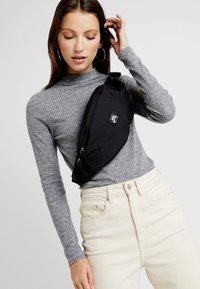 Nike SB - HERITAGE HIP PACK - Ledvinka - black/white - 5