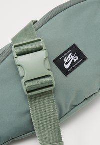 Nike SB - Bum bag - spiral sage/white - 3