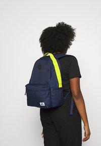 Nike SB - ICON - Batoh - midnight navy/bright cactus/black - 5