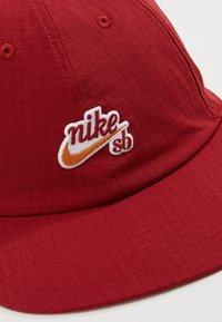 Nike SB - FLATBILL - Pet - team crimson - 6