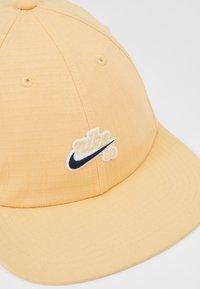 Nike SB - FLATBILL - Gorra - celestial gold - 6