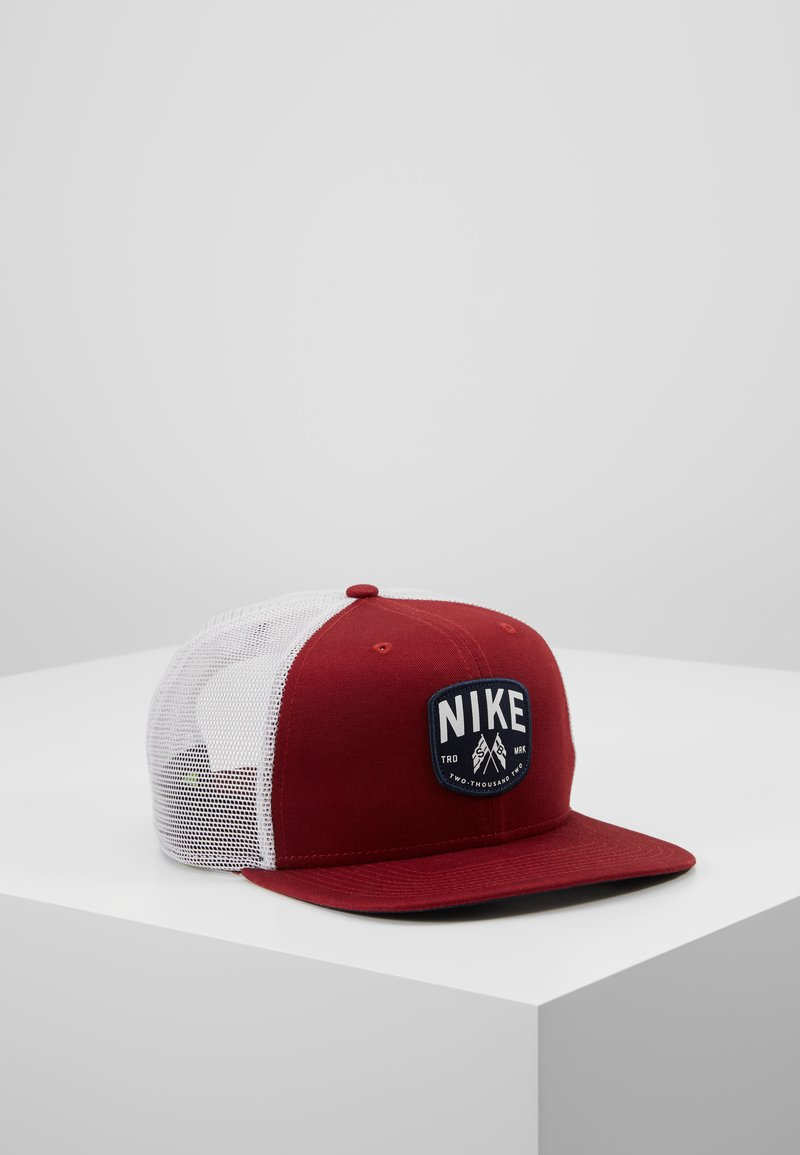 Nike SB - TRUCKER PATCH - Gorra - team red/summit white/obsidian