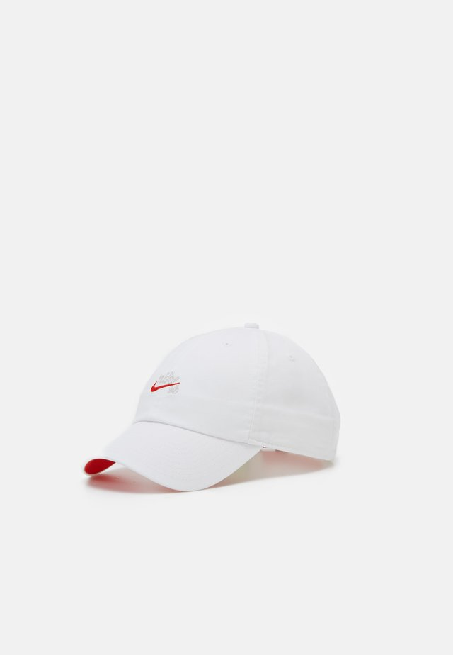 ICON - Cappellino - white/habanero red
