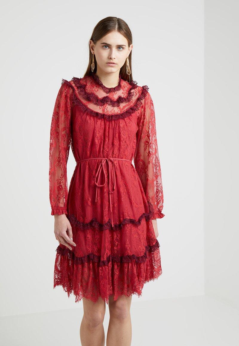 Thread De Cherry Soirée Dark DressRobe Scallop Needleamp; doCBxe