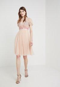 Needle & Thread - RAINBOW SHIMMER - Koktejlové šaty/ šaty na párty - rose quartz - 1