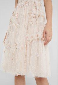 Needle & Thread - SHIMMER DITSY DRESS - Cocktailklänning - pearl rose - 5