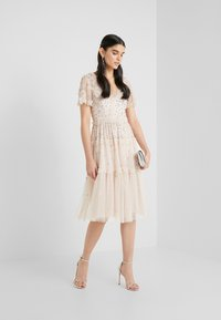 Needle & Thread - RUFFLE GLIMMER DRESS - Cocktailklänning - pearl rose - 1