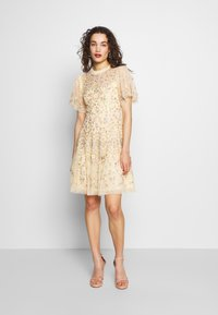 Needle & Thread - SWEET PETAL SHORT SLEEVE DRESS - Vestito elegante - yellow - 1