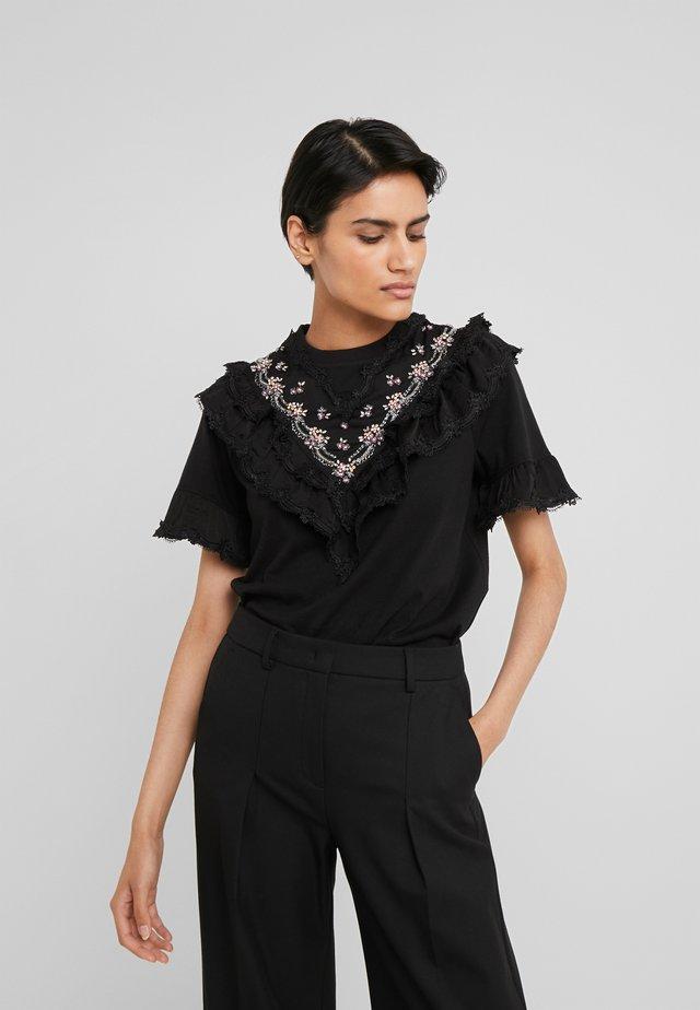 EMBELLISHED WREN RUFFLE TEE - T-shirt imprimé - ballet black