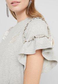 Needle & Thread - LARA RUFFLE TEE - T-shirts med print - grey marl - 5