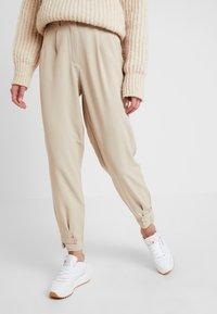 Nümph - NUMELISANDE PANTS - Trousers - humus - 0