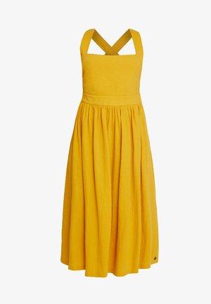 KINLEY DRESS - Freizeitkleid - tawny