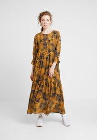Nümph - LEIGHTON DRESS - Skjortekjole - autumn blaze - 0