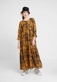 Nümph - LEIGHTON DRESS - Skjortekjole - autumn blaze - 1
