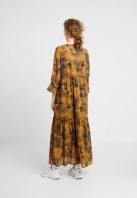 Nümph - LEIGHTON DRESS - Skjortekjole - autumn blaze - 2