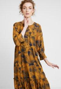 Nümph - LEIGHTON DRESS - Skjortekjole - autumn blaze - 3