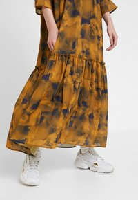 Nümph - LEIGHTON DRESS - Skjortekjole - autumn blaze - 4
