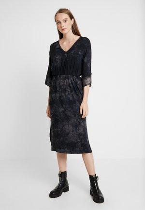 NUGITTE DRESS - Žerzejové šaty - navy