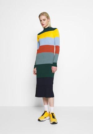 NUACCALIA DRESS - Pletené šaty - ponderosa