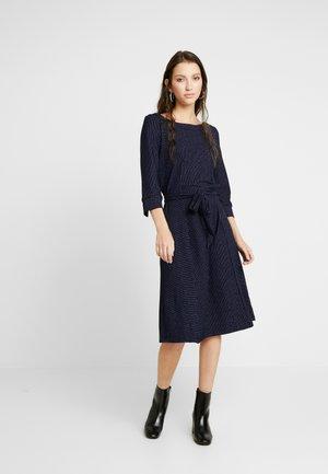 NUMIRABEI DRESS - Jerseyklänning - sapphire