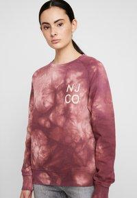 Nudie Jeans - MELVIN - Sweatshirt - bordeaux/light pink - 4