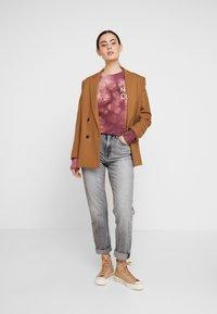 Nudie Jeans - MELVIN - Sweatshirt - bordeaux/light pink - 1