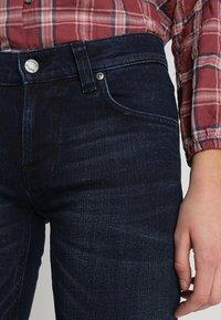 Nudie Jeans - TIGHT TERRY - Jeansy Slim Fit - worn indigo - 5