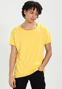 Nudie Jeans - ROGER - T-shirt basic - sun yellow - 0