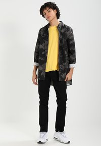 Nudie Jeans - ROGER - T-shirt basic - sun yellow - 1