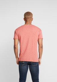 Nudie Jeans - ROGER - T-paita - dusty red - 2