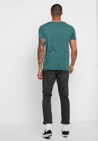 Nudie Jeans - ROGER - T-shirt basic - kattegatt - 2