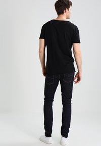 Nudie Jeans - ROGER - T-paita - black - 2