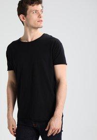 Nudie Jeans - ROGER - T-paita - black - 0