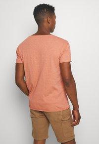 Nudie Jeans - ROGER - Jednoduché triko - apricot - 2