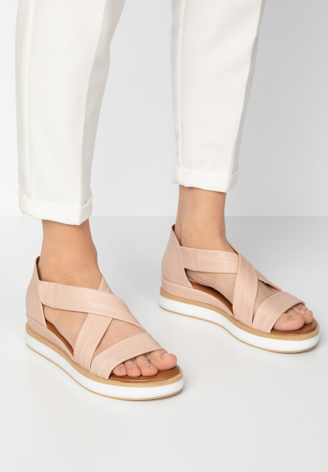 Sandały na platformie - blush blh