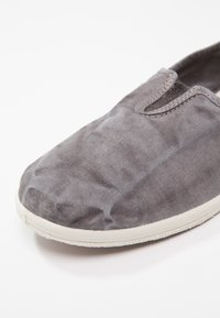 Natural World - CAMPING  - Slipper - gris - 6