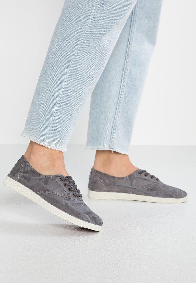 Natural World - INGLES - Sneaker low - gris enz
