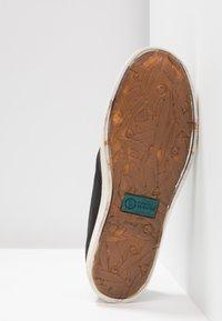 Natural World - INGLES TINTADO - Sneakersy niskie - black - 6