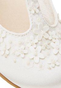 Next - WHITE FLOWER T-BAR SHOES (YOUNGER) - Dětské boty - white - 4