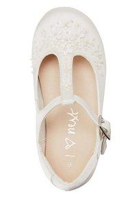 Next - WHITE FLOWER T-BAR SHOES (YOUNGER) - Dětské boty - white - 2