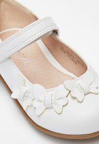 Next - WHITE BUTTERFLY MARY JANE SHOES (YOUNGER) - Ballerina's met enkelbandjes - white - 4