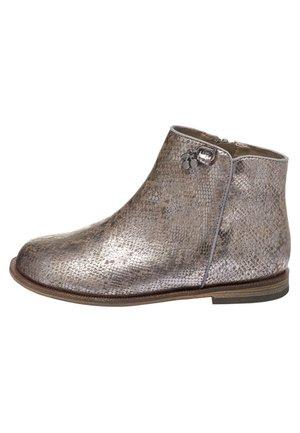 BLACK PATENT CHARM ANKLE BOOTS (OLDER) - Boots à talons - metallic grey