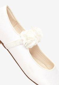Next - PINK 3D FLOWER BALLET SHOES (OLDER) - Baleríny s páskem - white - 5